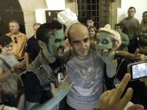 Un fan y dos zombies amigables